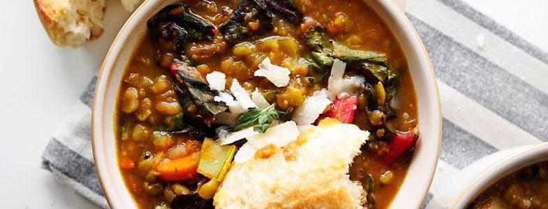 Soupe d'hiver aux pois cassés et légumes