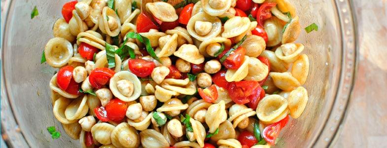 Salade de pâtes, tomates, pois chiches, mozzarella et basilic
