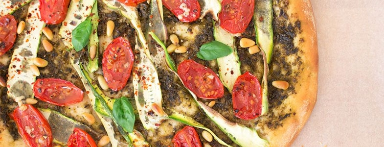 Pizza au pesto, courgettes et tomates
