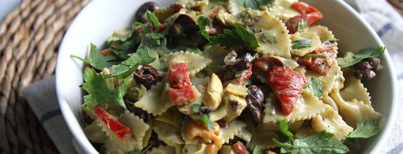 Salade de pâtes aux poivrons grillés et artichauts