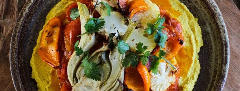 Curry de tomates, légumes rôtis et houmous