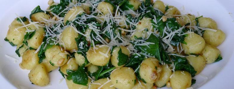 Gnocchis au beurre brun, épinards et pignons et pin