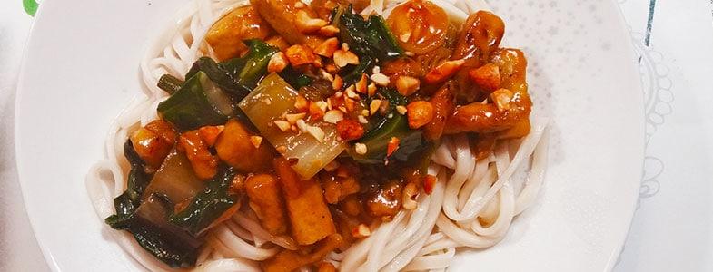 Nouilles sucrées salées au tofu et bok choy