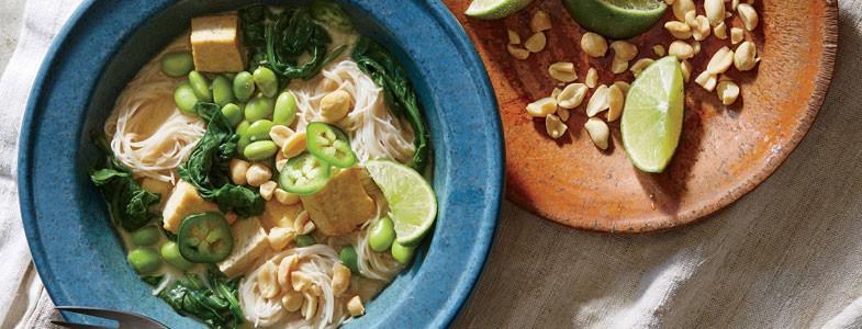 Nouilles au tofu et à l'edamame avec bouillon de noix de coco