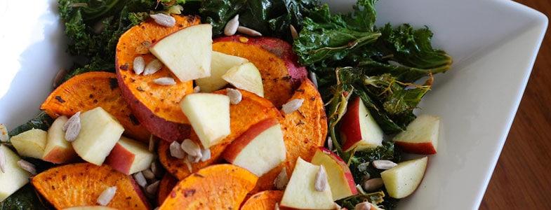 Salade de chou kale à la patate douce rôtie et pomme