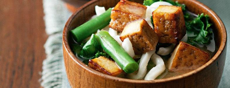 Soupe Miso, haricots verts, kale et tofu grillé