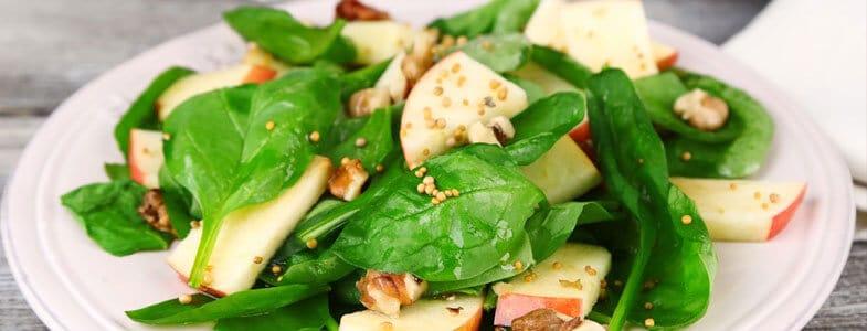 Salade de pousses d'épinards, pommes et noix