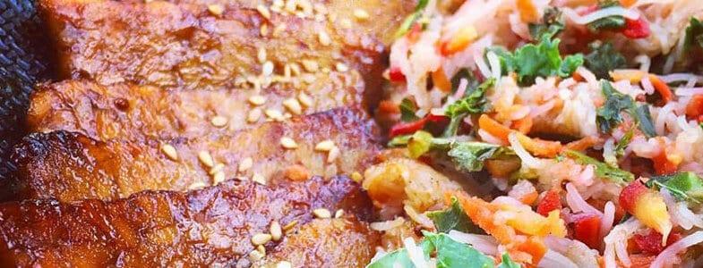 Tempeh caramélisé et vermicelles de riz sautées aux légumes