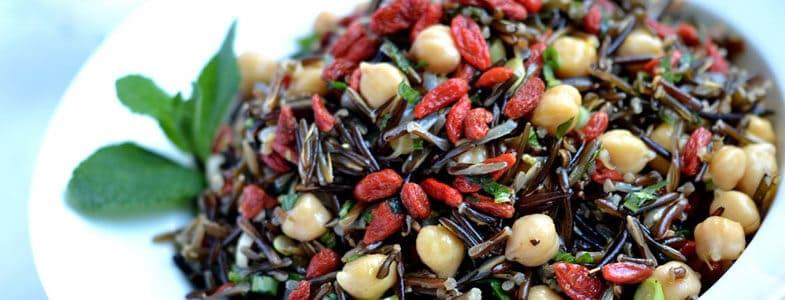 Salade de riz sauvage, pois chiches et baies de goji
