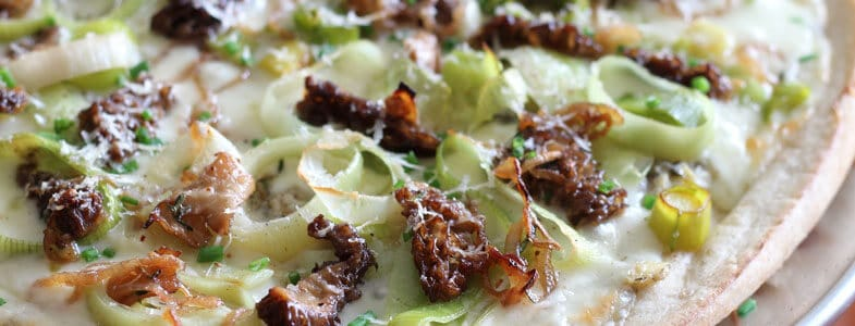 Pizza aux morilles et poireaux