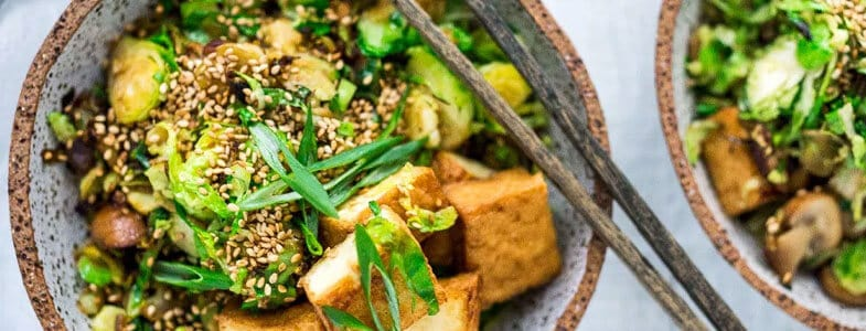 Tofu grillé, choux de Bruxelles et champignons au sésame