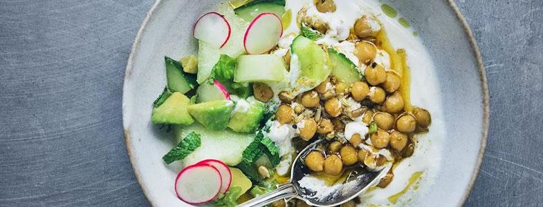 Pois chiches épicés, yaourt, radis et concombre