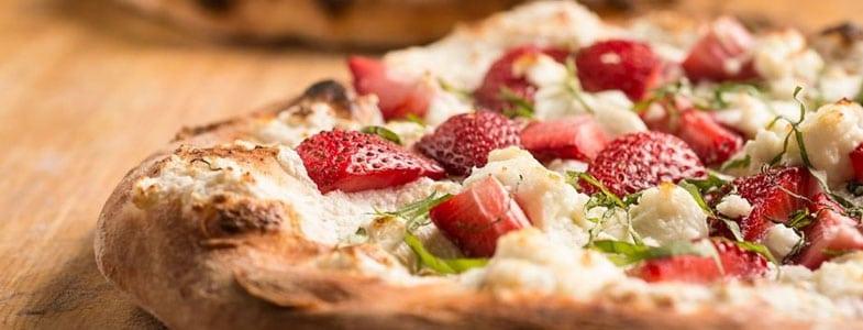 Pizza aux fraises et basilic