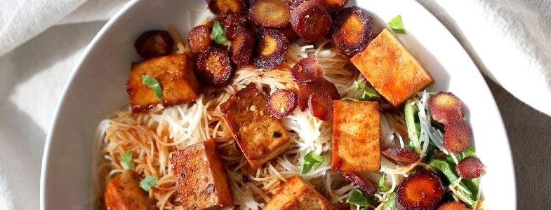 Tofu et carottes rôtis, blettes et nouilles