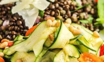 Recette végétarienne – Lentilles noires aux courgettes, tomate cerises et pignons de pin