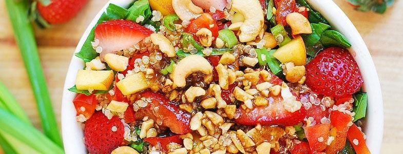 Salade de quinoa, fraises, épinards et noix de cajou