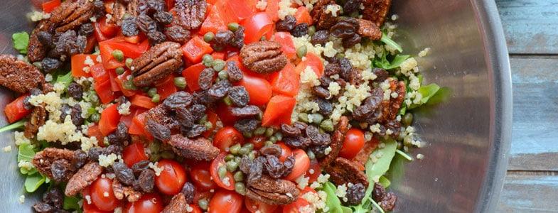Salade de quinoa, tomates, poivrons, noix de pécan