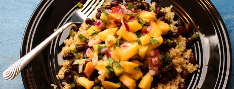 Quinoa aux haricots rouges et salsa de pêches