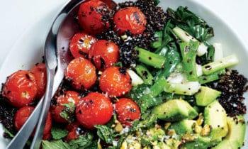 Recette végétarienne – Quinoa noir, tomates et oignons verts grillés