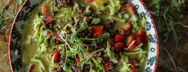 Bol de riz, lentilles et quinoa et bouillon au tahin