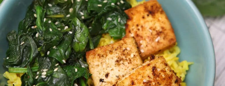 Riz au curcuma, tofu grillé et épinards
