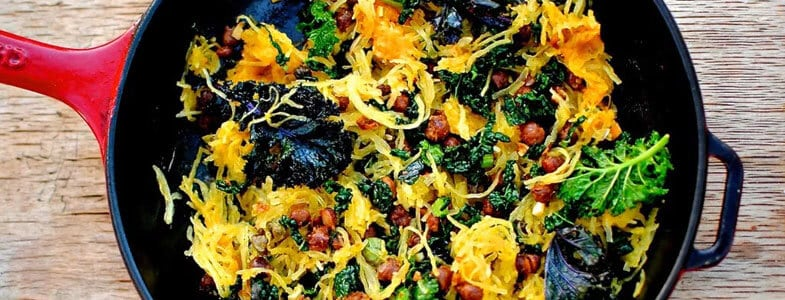 Courge spaghetti aux pois chiches et chou kale