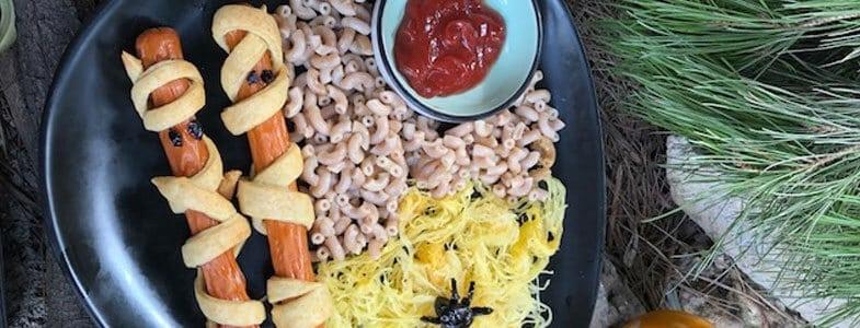 Saucisses momies, toile d'araignée courge spaghetti et osselet de châtaigne