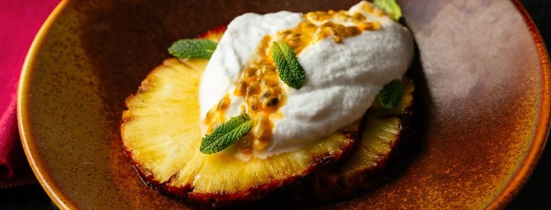 recette-vegetarienne-ananas-grille-fruits-passion-mousse-coco