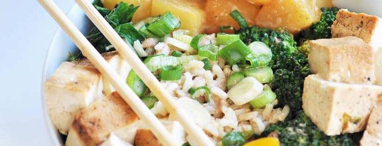 Buddha bowl de riz, ananas et tofu