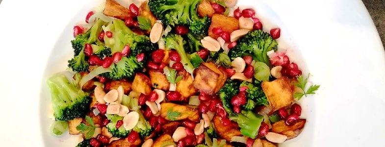 Salade chaude patate douce, brocolis, sauce au beurre de cacahuètes