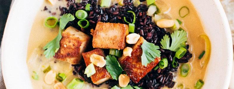Soupe thaï au gingembre et tofu croustillant