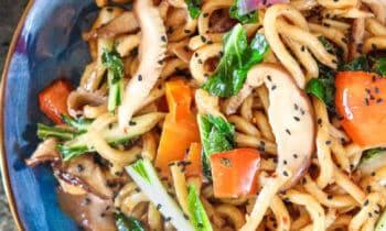 Nouilles udon aux légumes, sauce sésame-gingembre