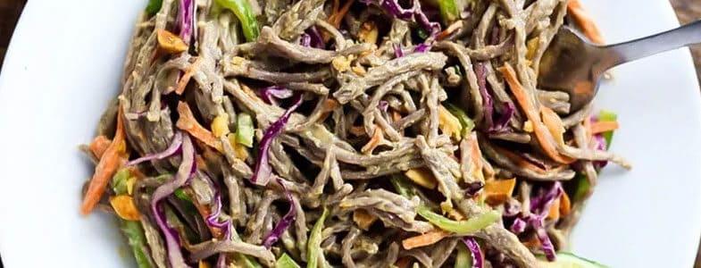 Nouilles soba aux légumes, sauce au beurre de cacahuètes