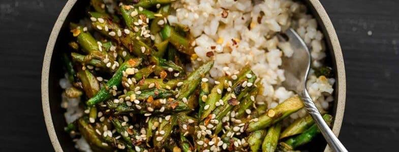 Riz et asperges sautées, sauce miso-sésame
