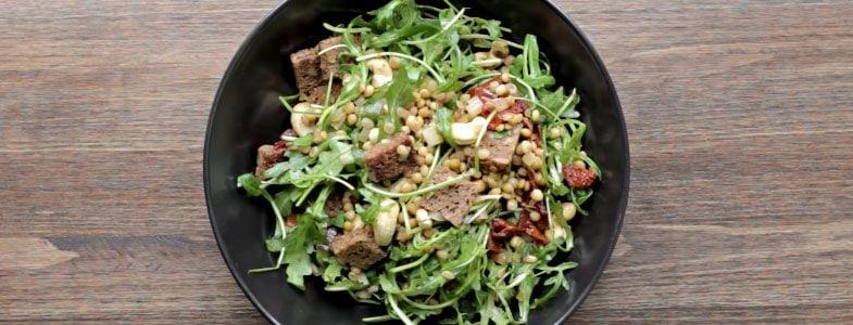 Salade de lentilles, roquette et tomates séchées