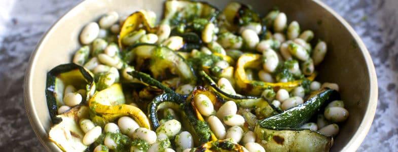 Rubans de courgettes grillées et haricots blancs au pesto