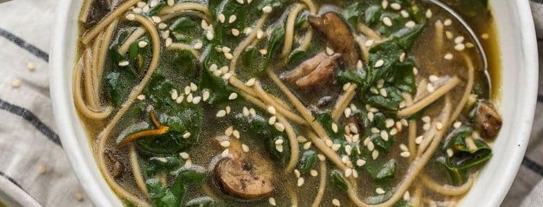 recette-vegetarienne-soupe-nouilles-soba-blettes-champignon