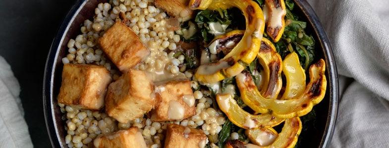 Tofu au couscous perlé, blettes et courge delicata