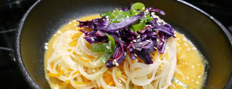 recette-vegetarienne-bowl-nouilles-riz-curry
