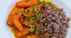 Trio de riz thaï, carottes rôties et bouillon au curcuma