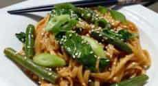 Nouilles udon aux haricots verts et épinards, sauce asiatique