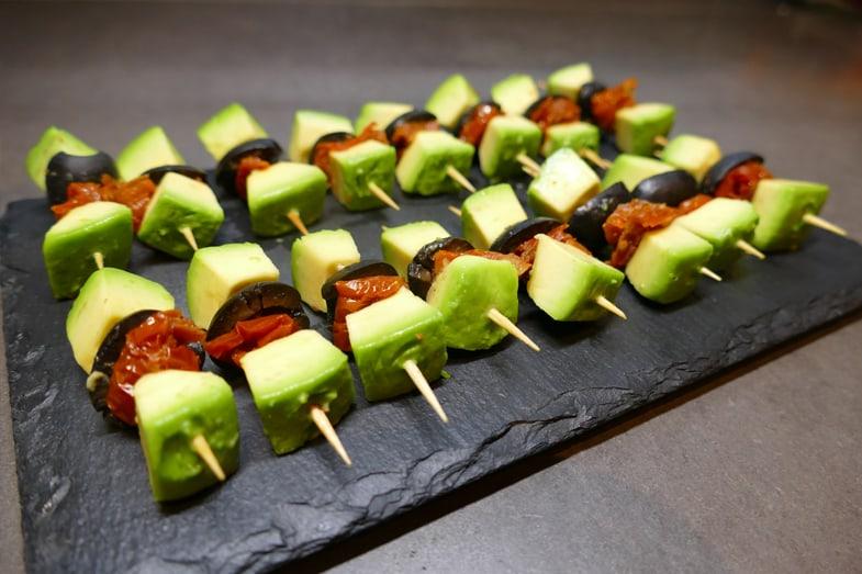 recette-vegetarienne-brochettes-avocat-tomates