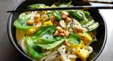 Nouilles udon, mangue, sauce à l'ananas