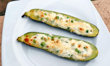 Courgettes farcies aux 3 fromages et petits pois