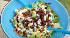 Salade d'été aux pois chiches, sauce tahin